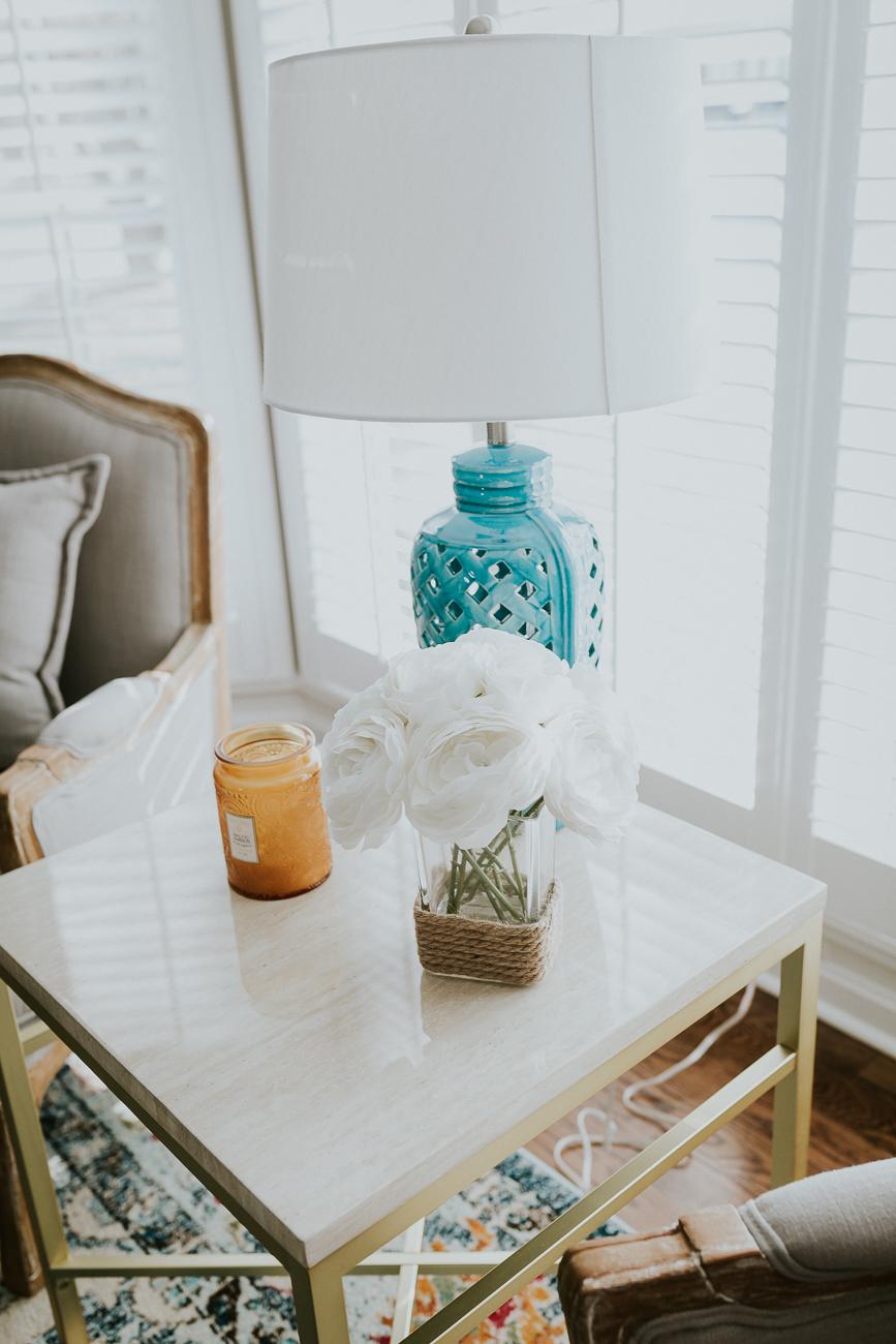 Бирюзовая лампа в гостиной
