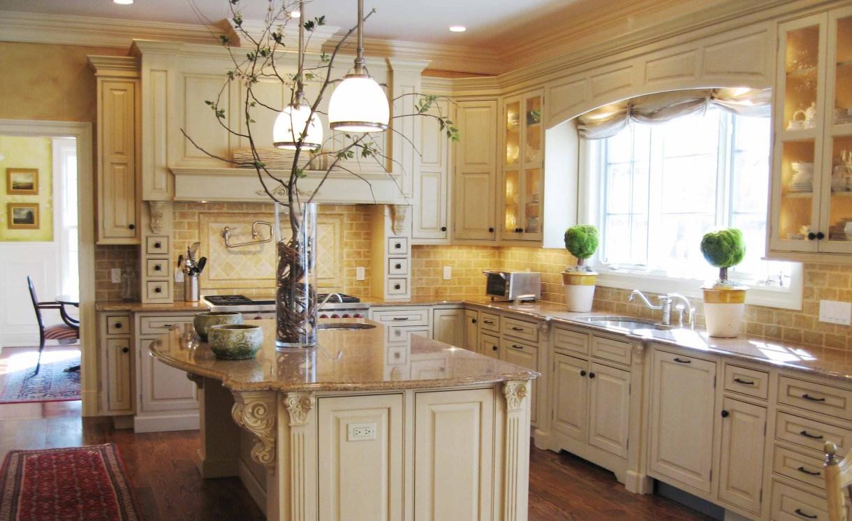 Кухня цвета ванили с лепниной