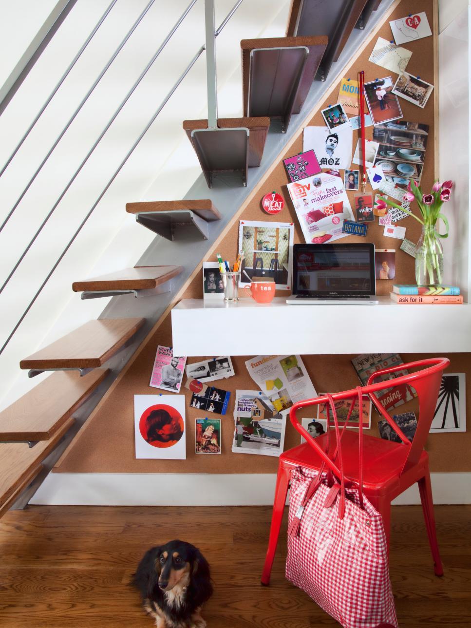 Декор угла под лестницей
