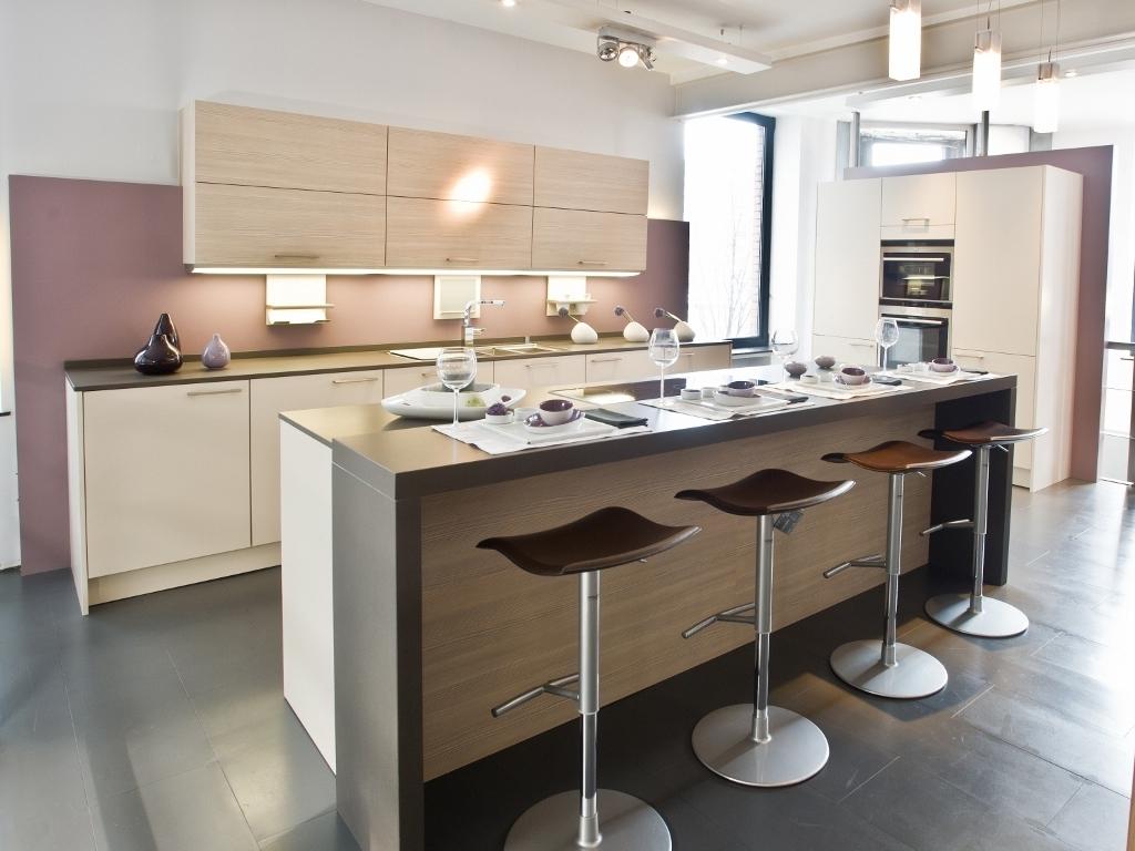 Кухня цвета ванили в стиле минимализм