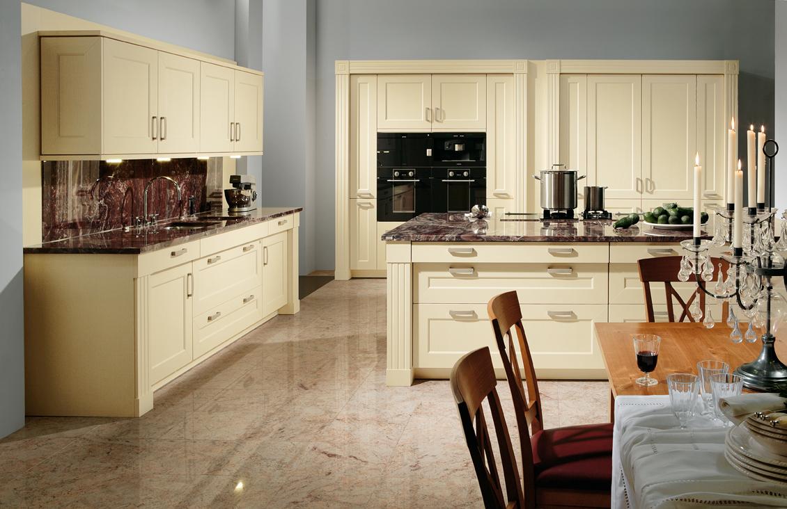 Кухня цвета ванили с мраморной столешницей