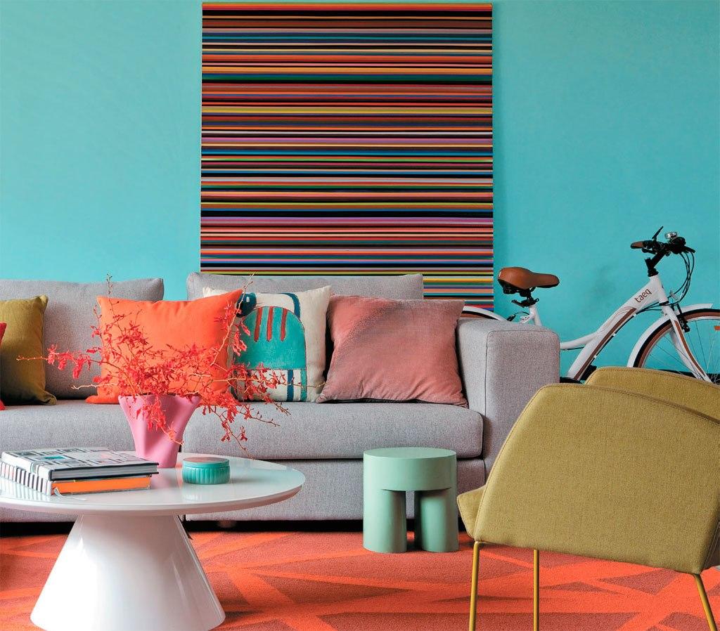 Дизайн бирюзовой гостиной с оранжевыми акцентами