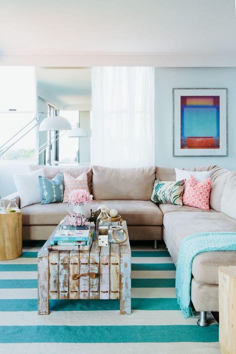 Дизайн бирюзовой гостиной в пастельных тонах
