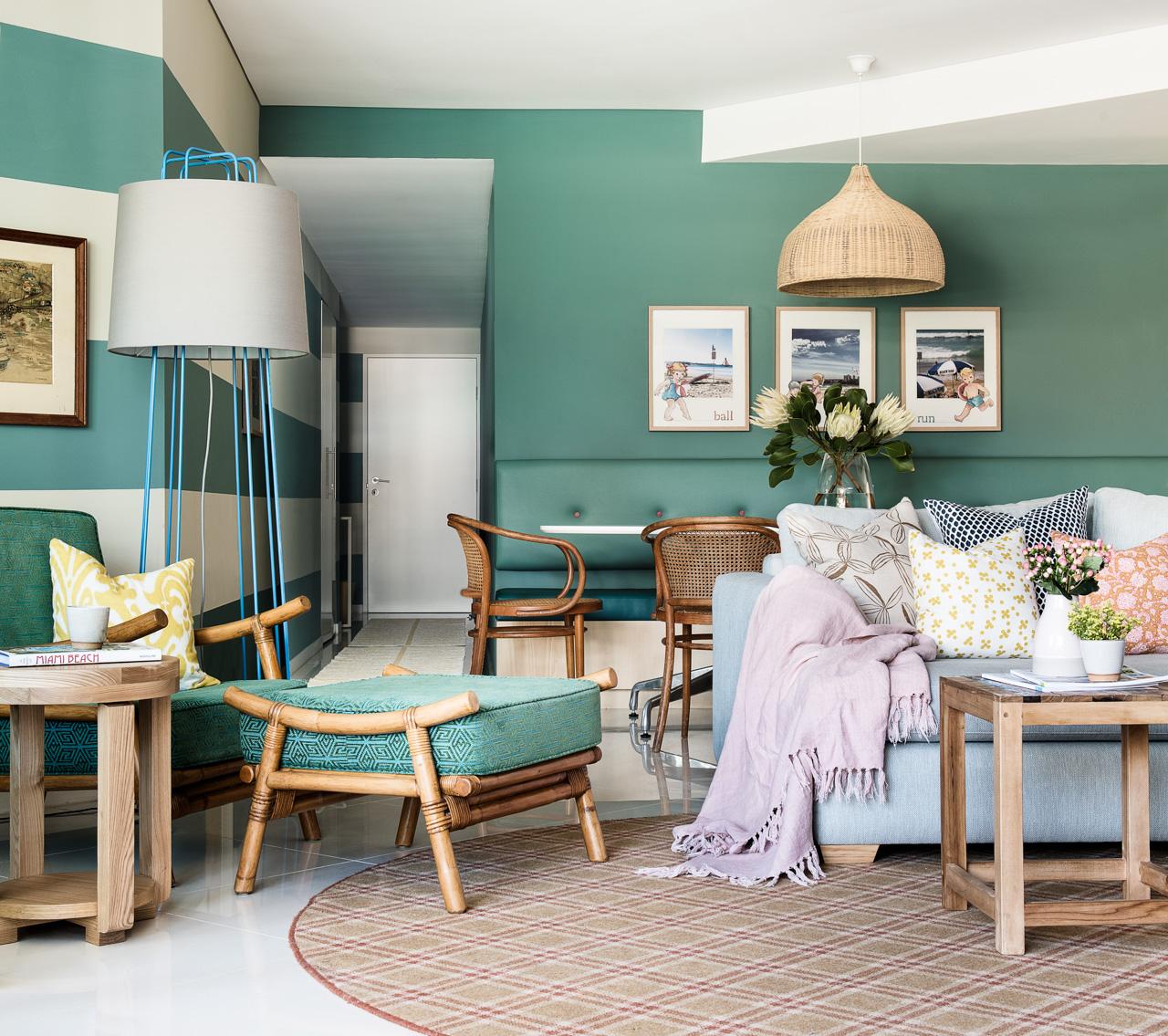 Дизайн бирюзовой гостиной с плетеной мебелью