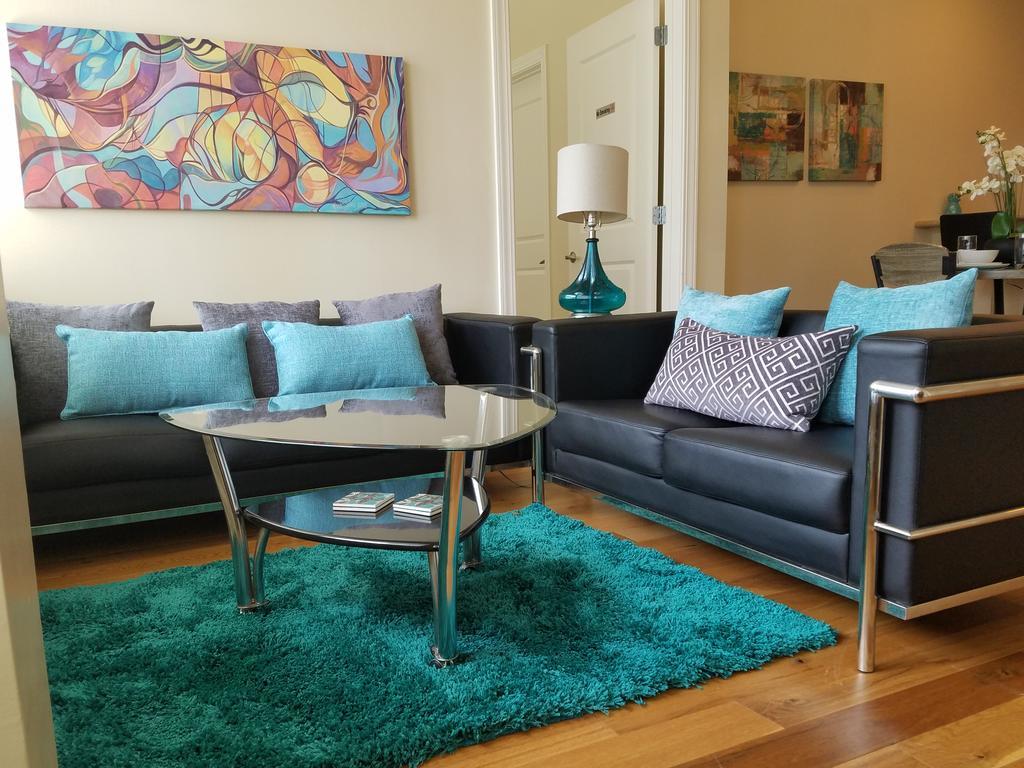 Дизайн бирюзовой гостиной с подушками