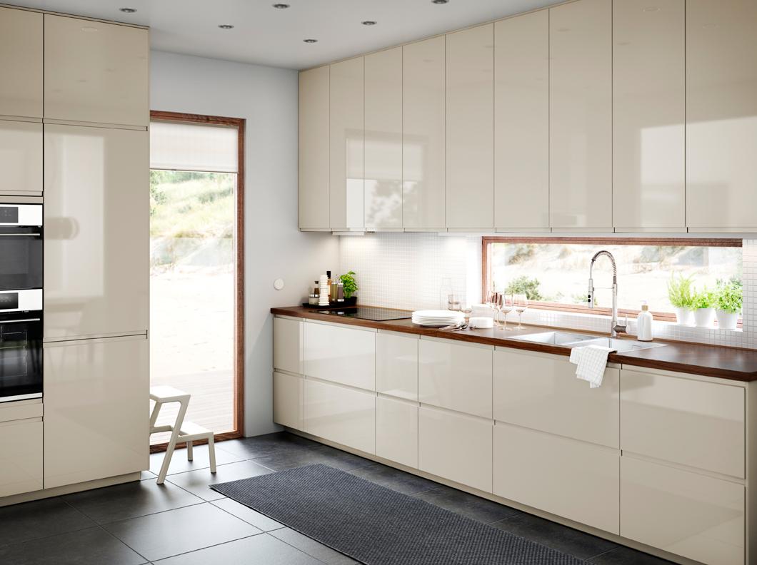 Кухня цвета ванили с подвесными шкафчиками