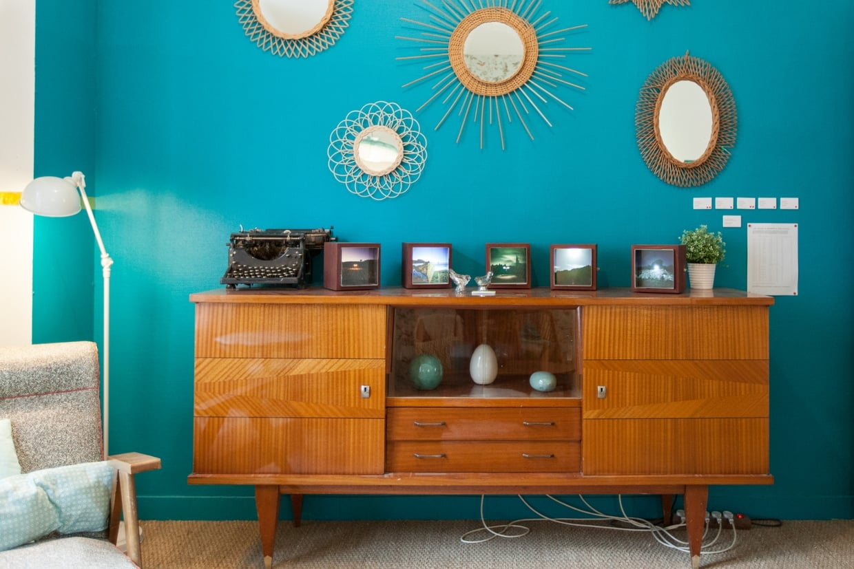 Дизайн бирюзовой гостиной в стиле ретро