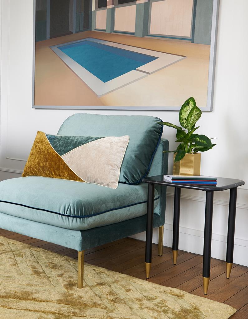 Дизайн бирюзовой гостиной в стиле ретро футуризма