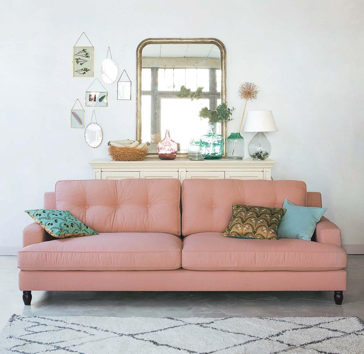 Дизайн бирюзовой гостиной с розовым