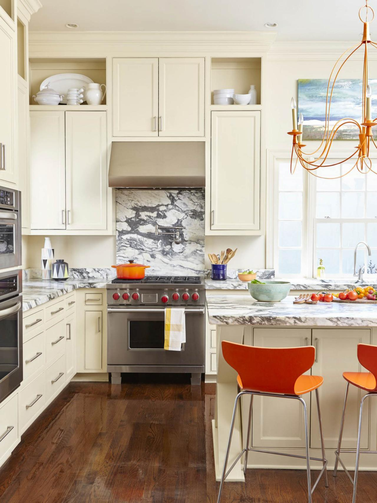 Кухня цвета ванили со шкафчиками