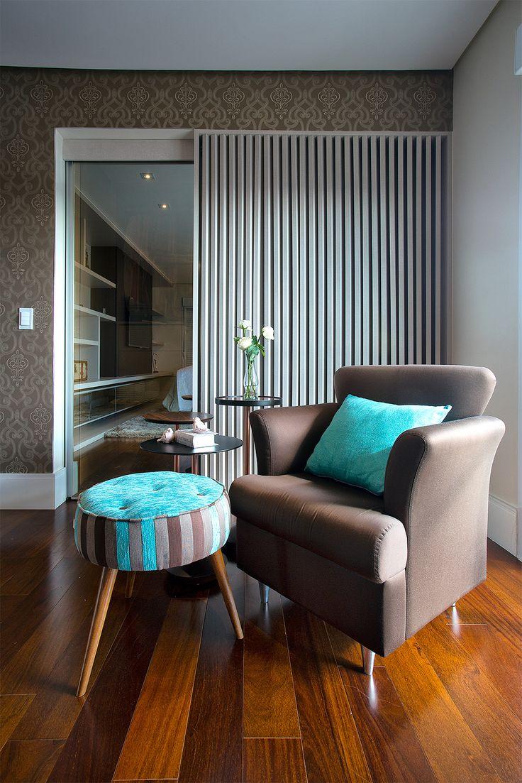 Сочетание бирюзового и коричневого цветов в гостиной