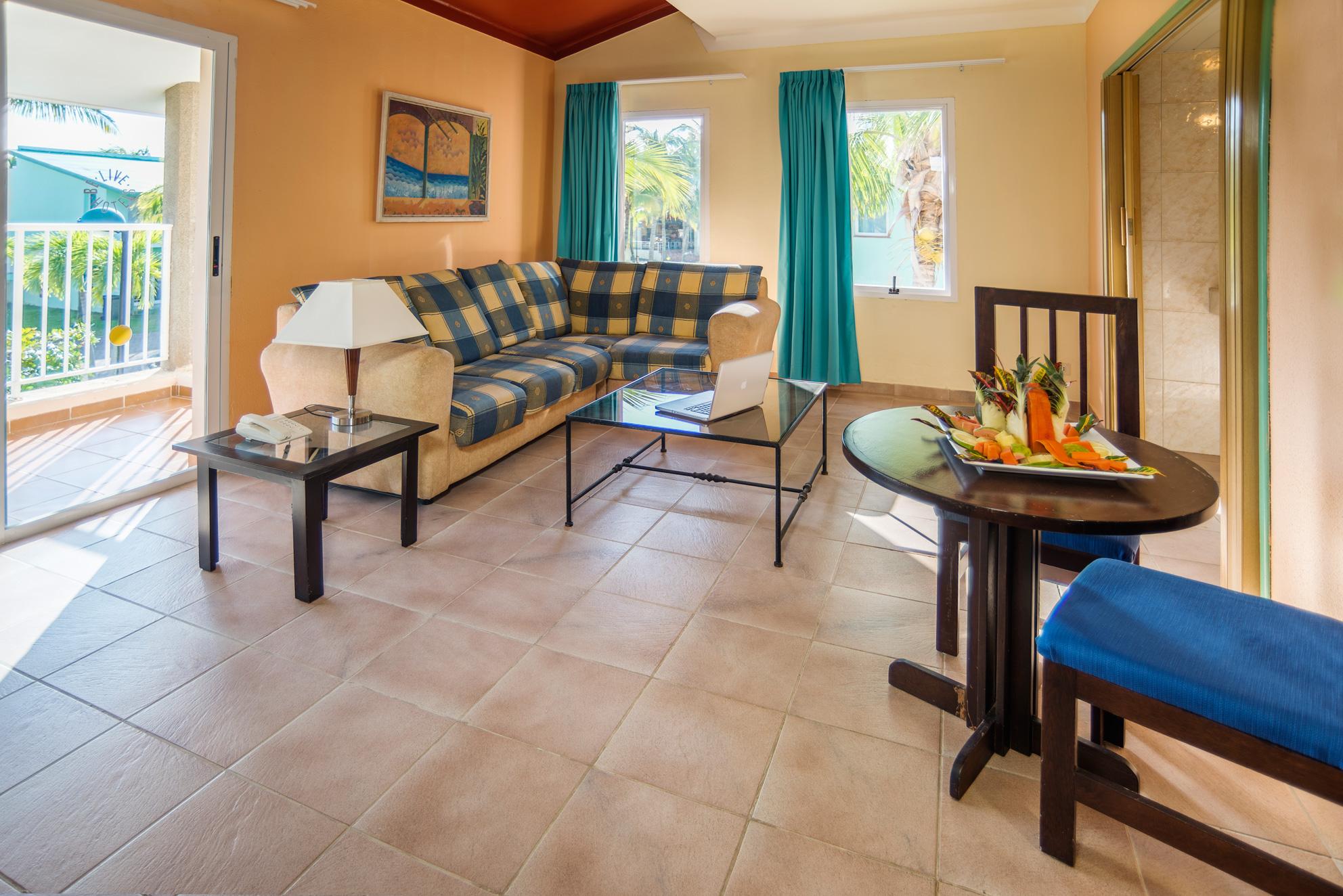 Дизайн бирюзовой гостиной в средиземноморском стиле