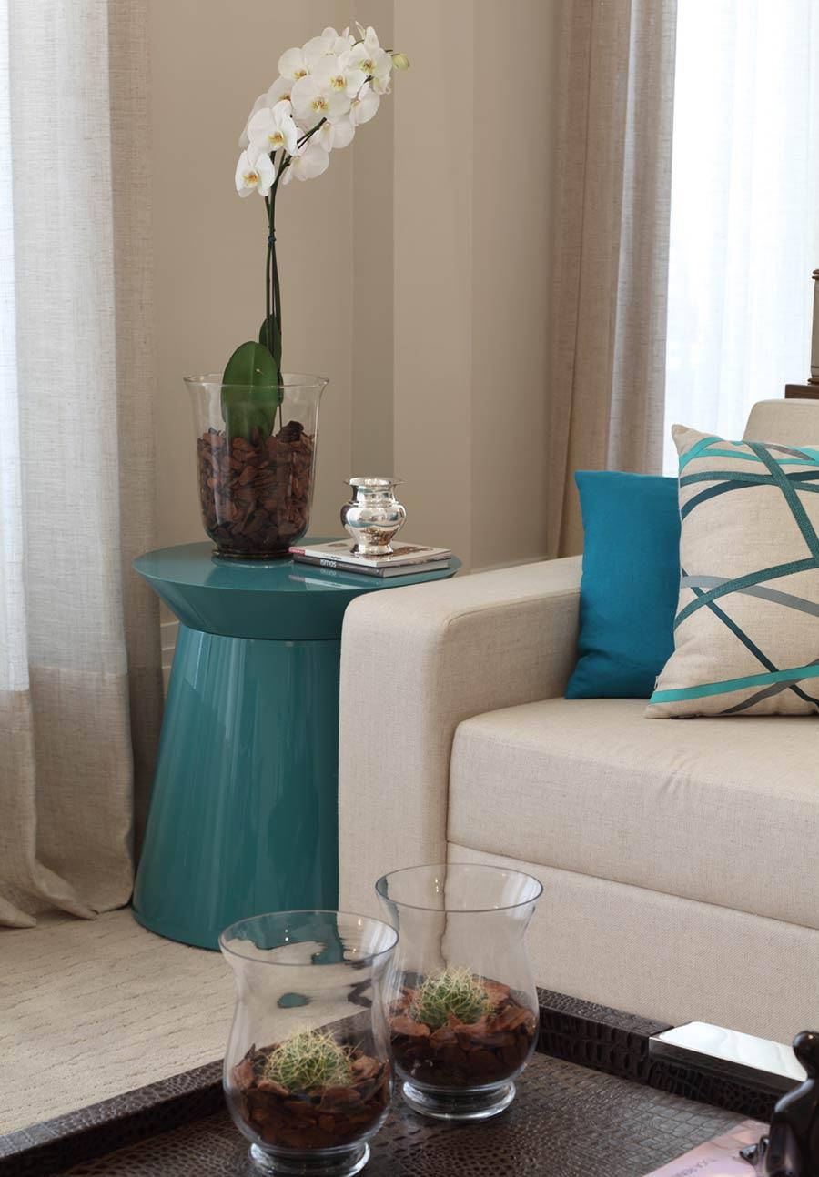 Бирюзовый журнальный столик в гостиной