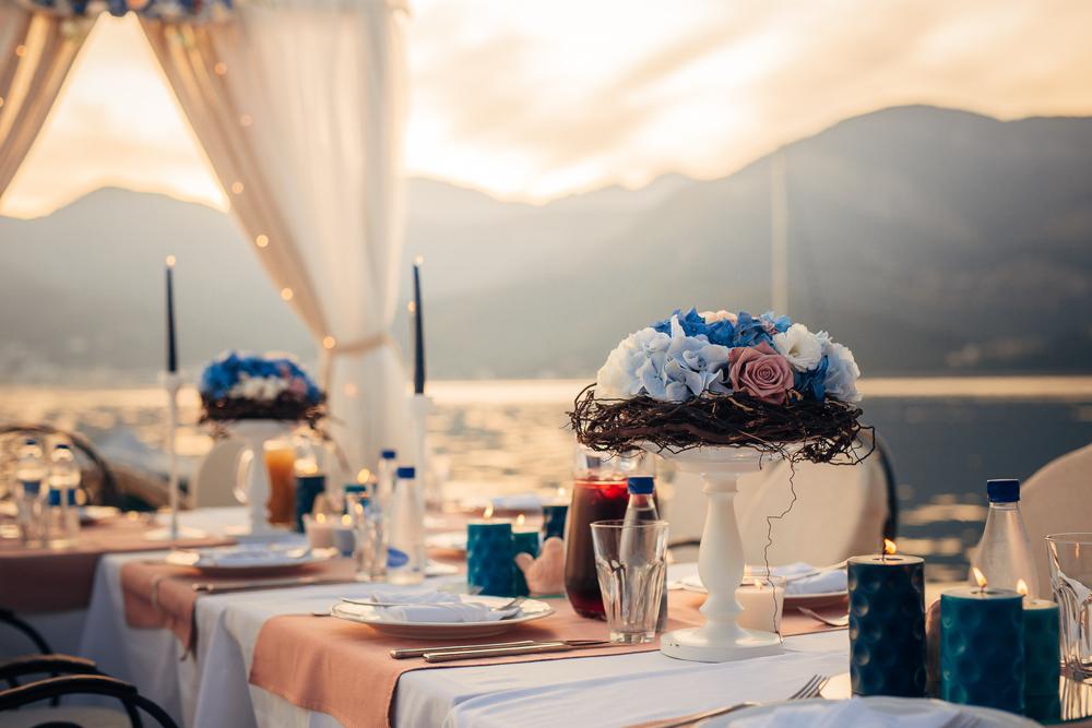 Декор свадебного стола на улице