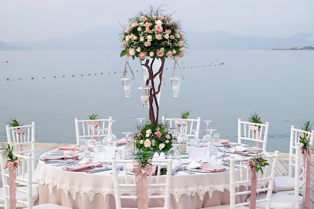 Декор свадебного стола на улице возле озера