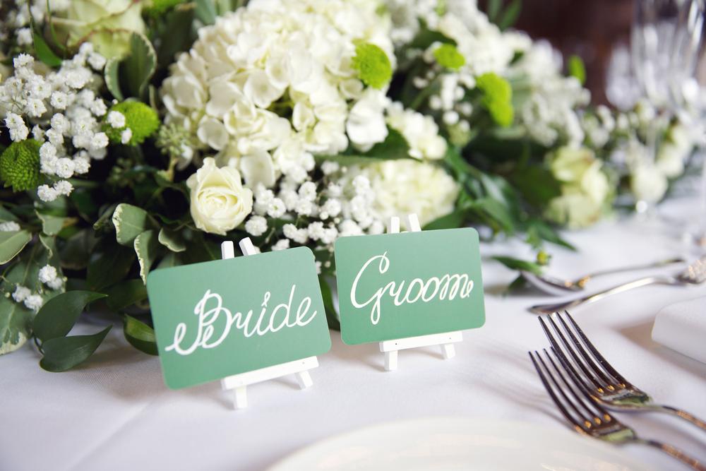 Цветочное украшение стола жениха и невесты