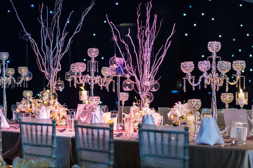 Украшение стола цветами и подсветкой