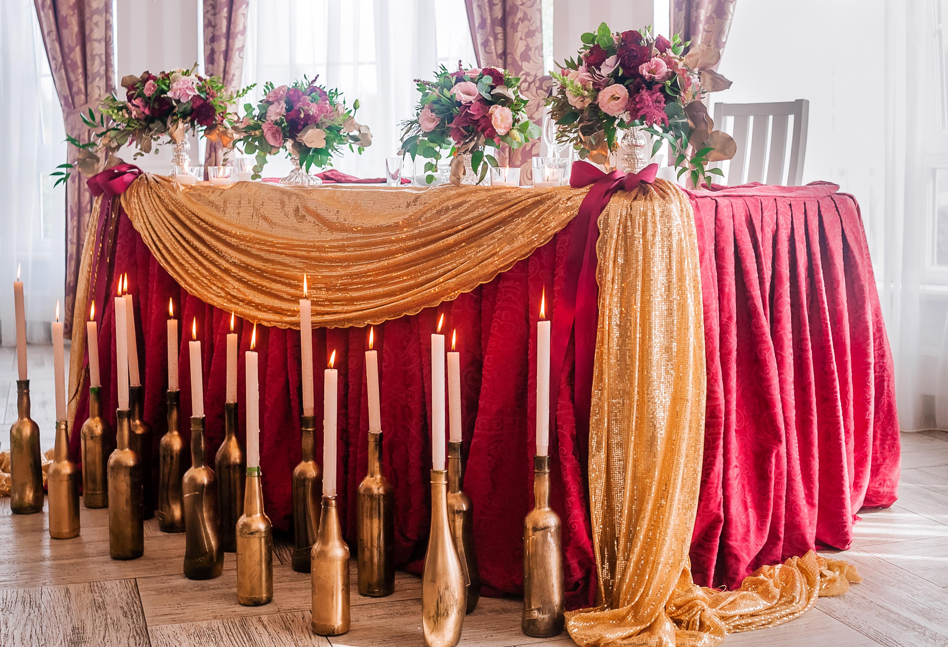 Драпировка тканью стола жениха и невесты