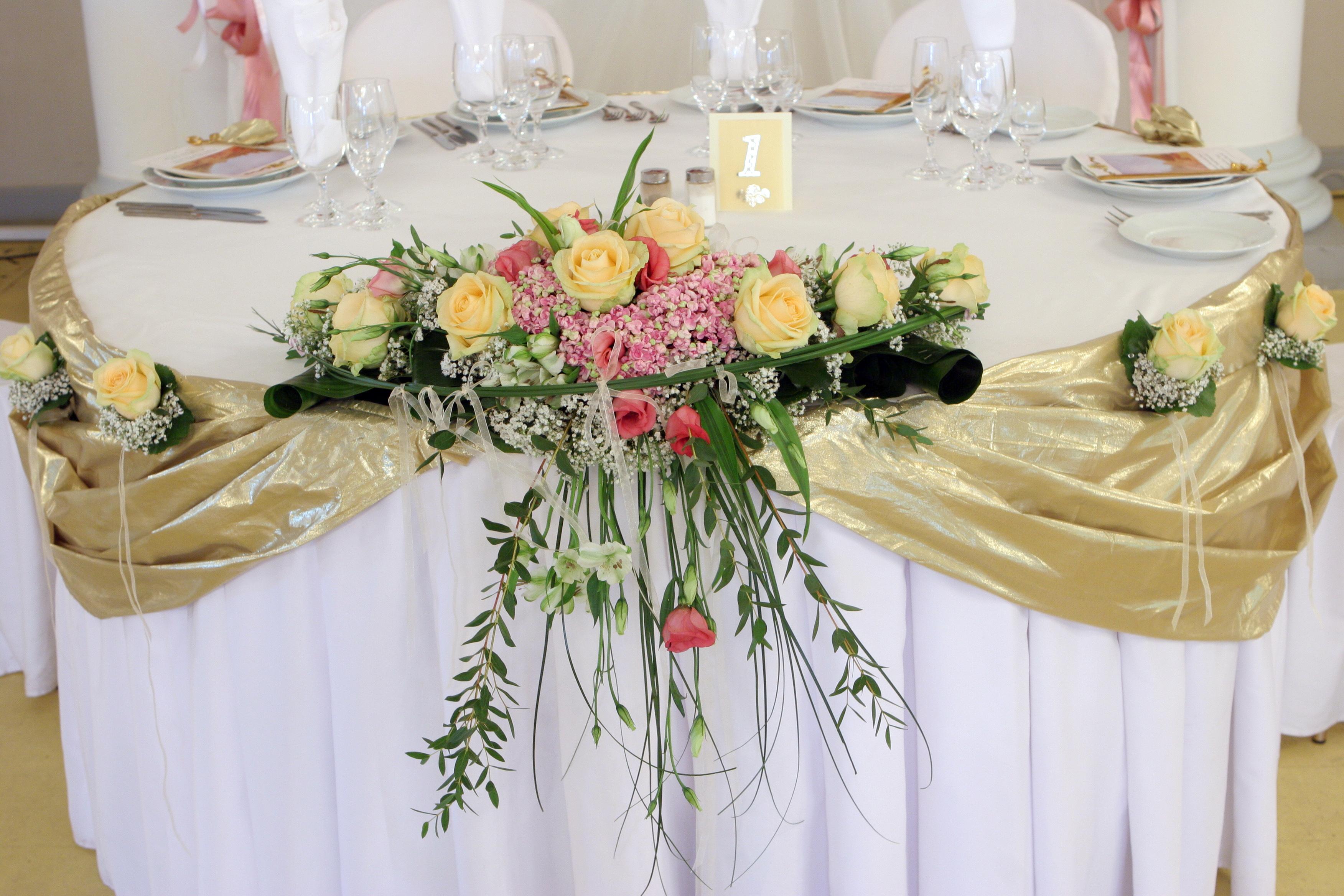 Декор стола золотой тканью