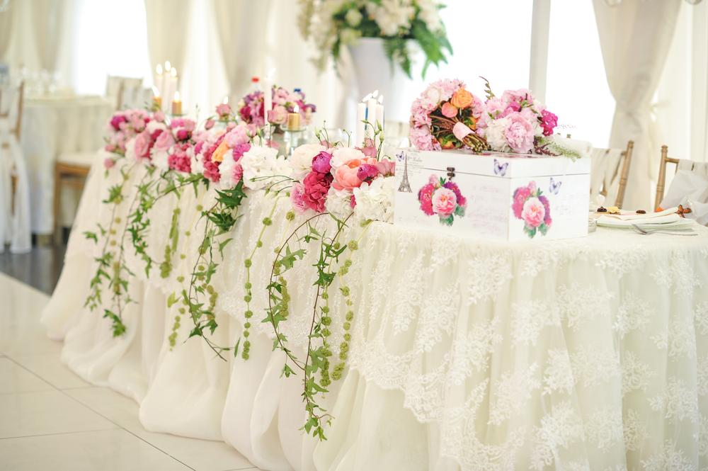 Украшение свадебного стола кружевом