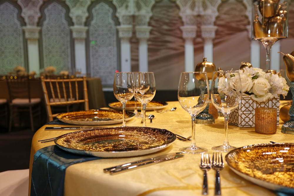 Золотой свадебный стол