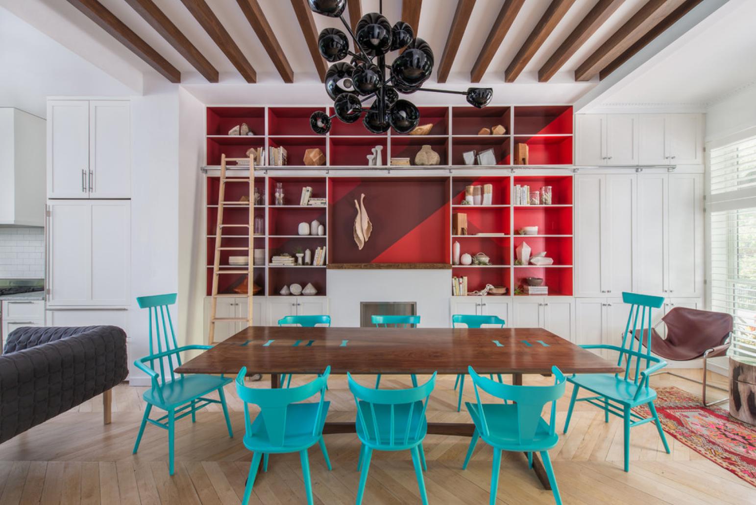 Бирюзовые стулья в гостиной