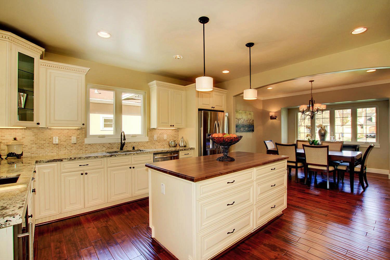 Кухня цвета ванили светлая