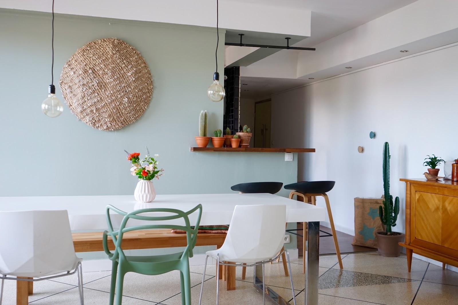 Дизайн бирюзовой гостиной светлый