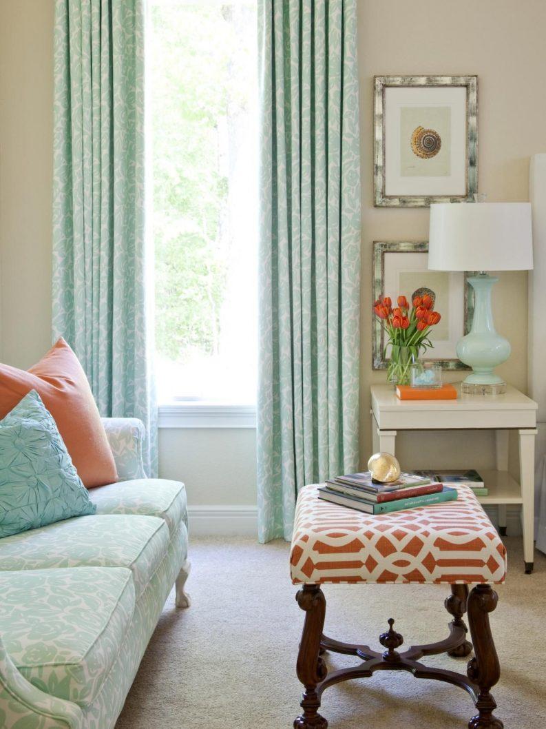 Бирюзовый текстиль в гостиной