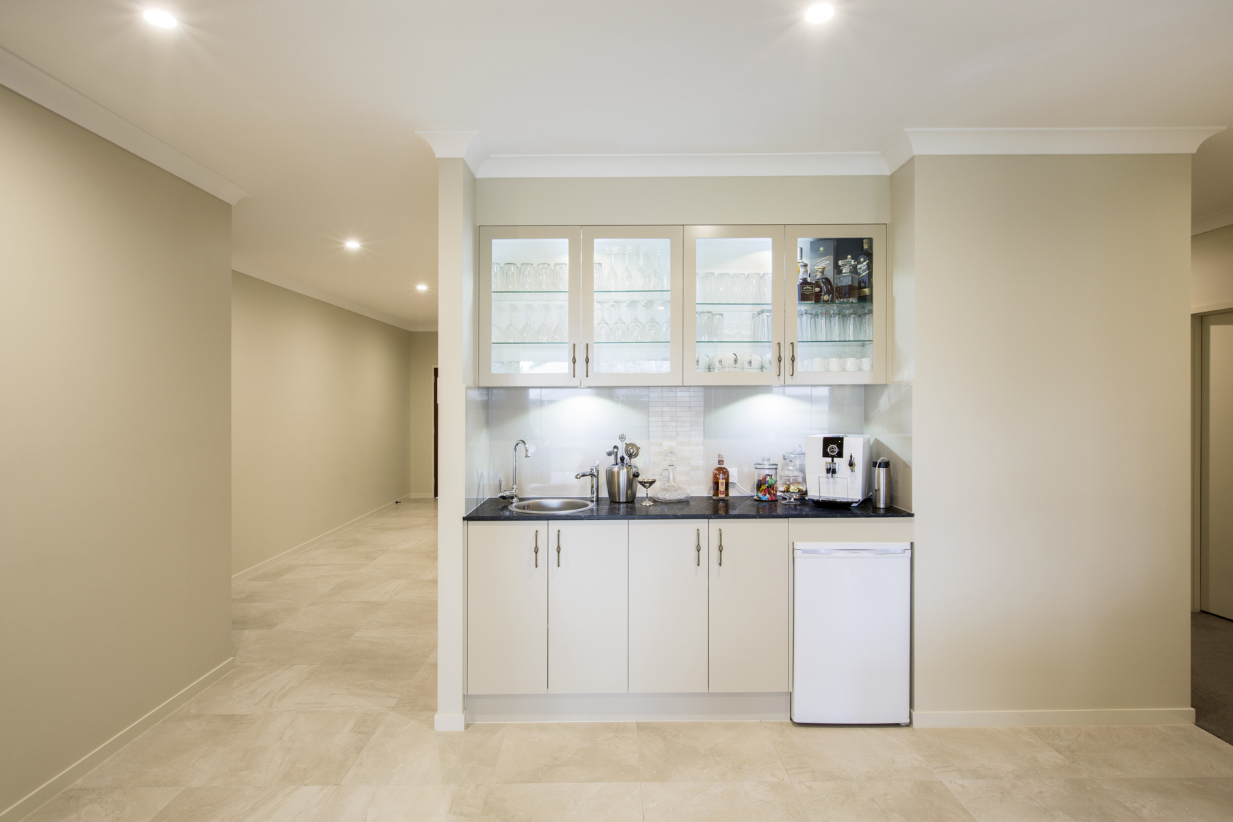 Кухня цвета ванили встроенная