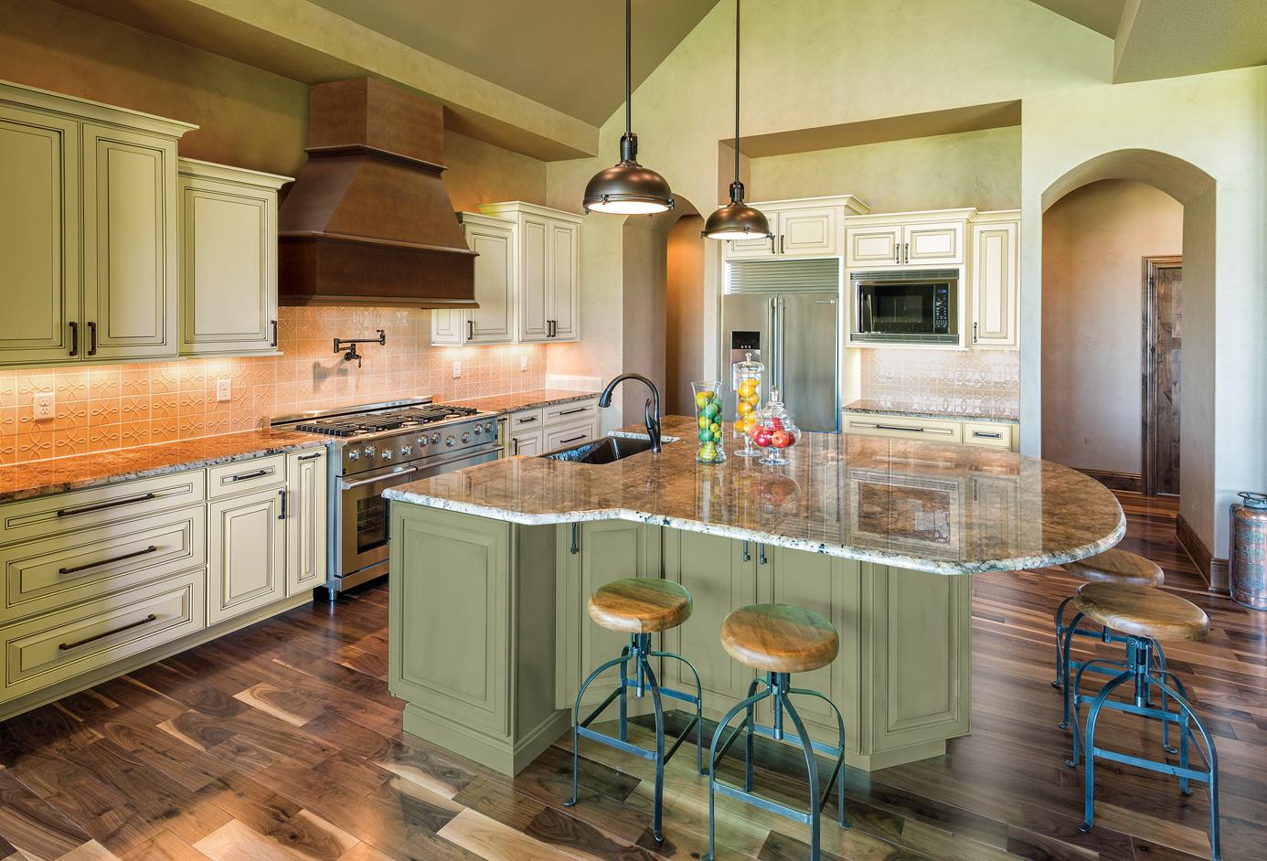 Кухня цвета ванили с зеленью