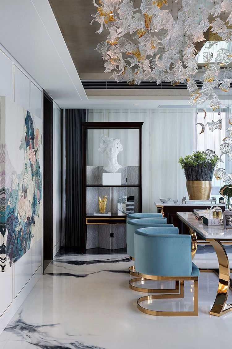 Дизайн бирюзовой гостиной с золотом