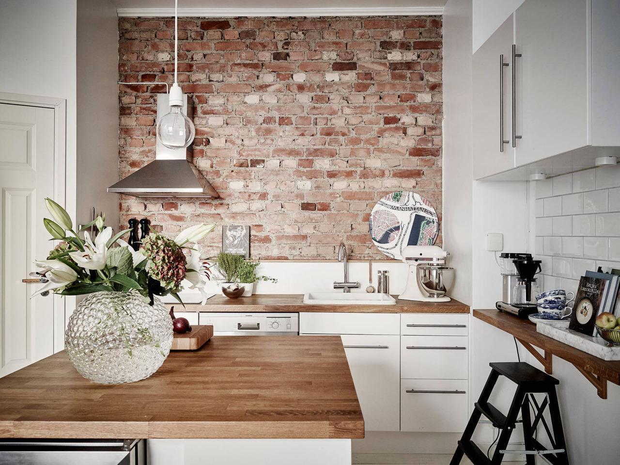 Акцентная стена из кирпича на кухне