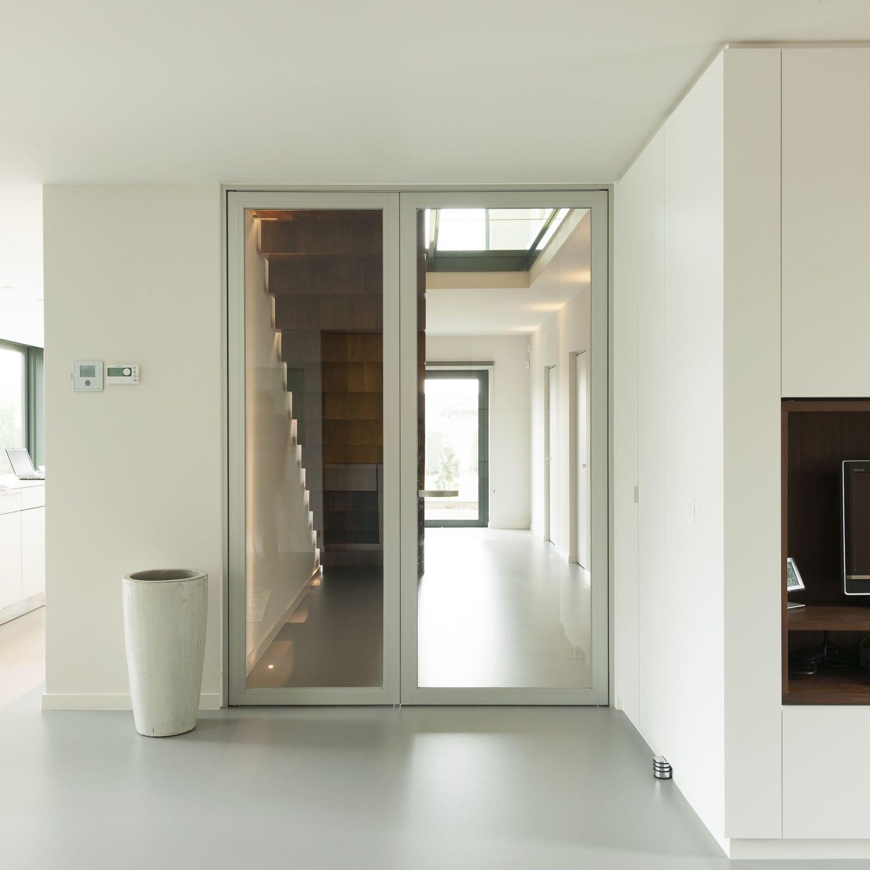Межкомнатная дверь со стеклом алюминиевая