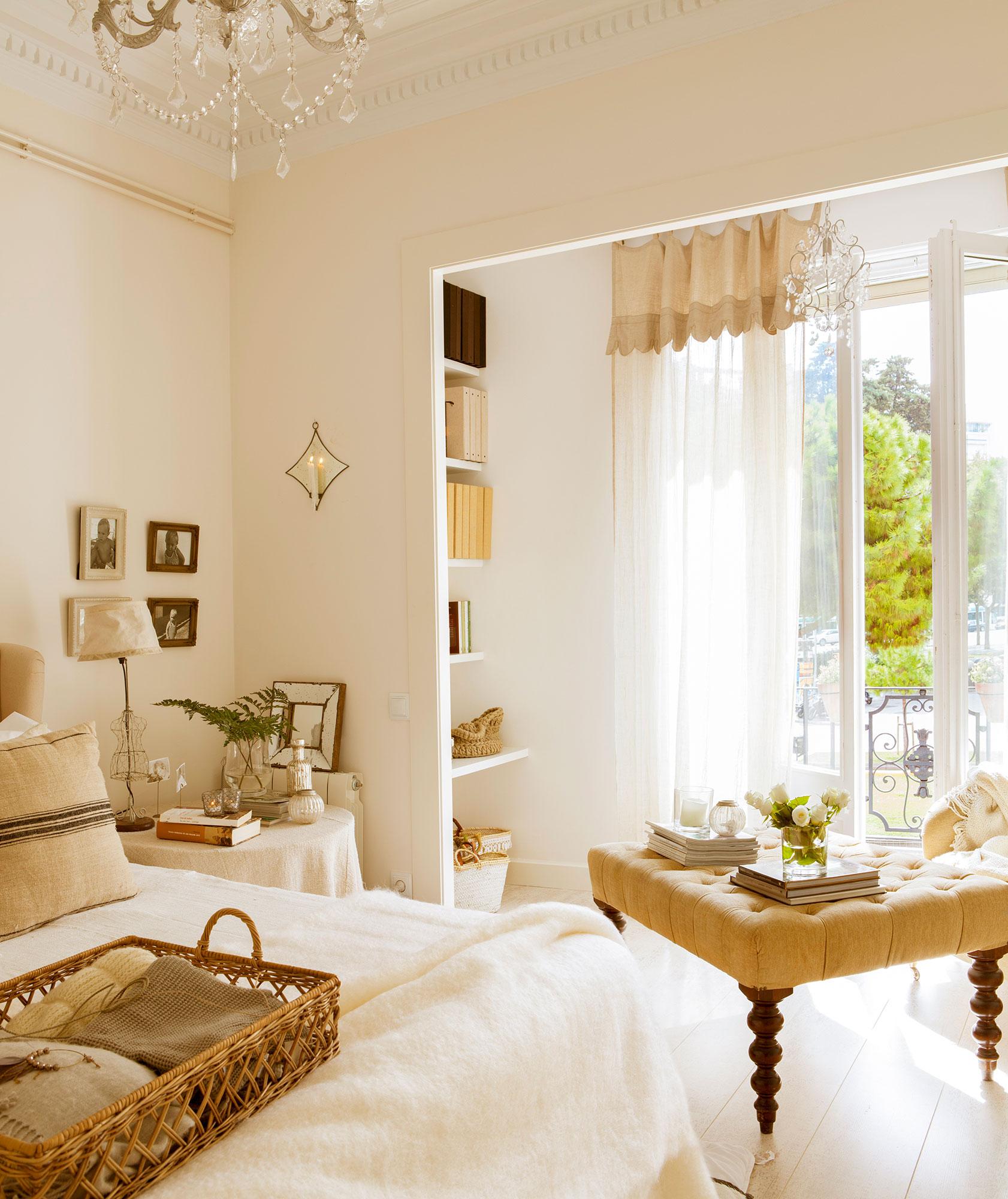 Расстановка мебели в спальне с балконом