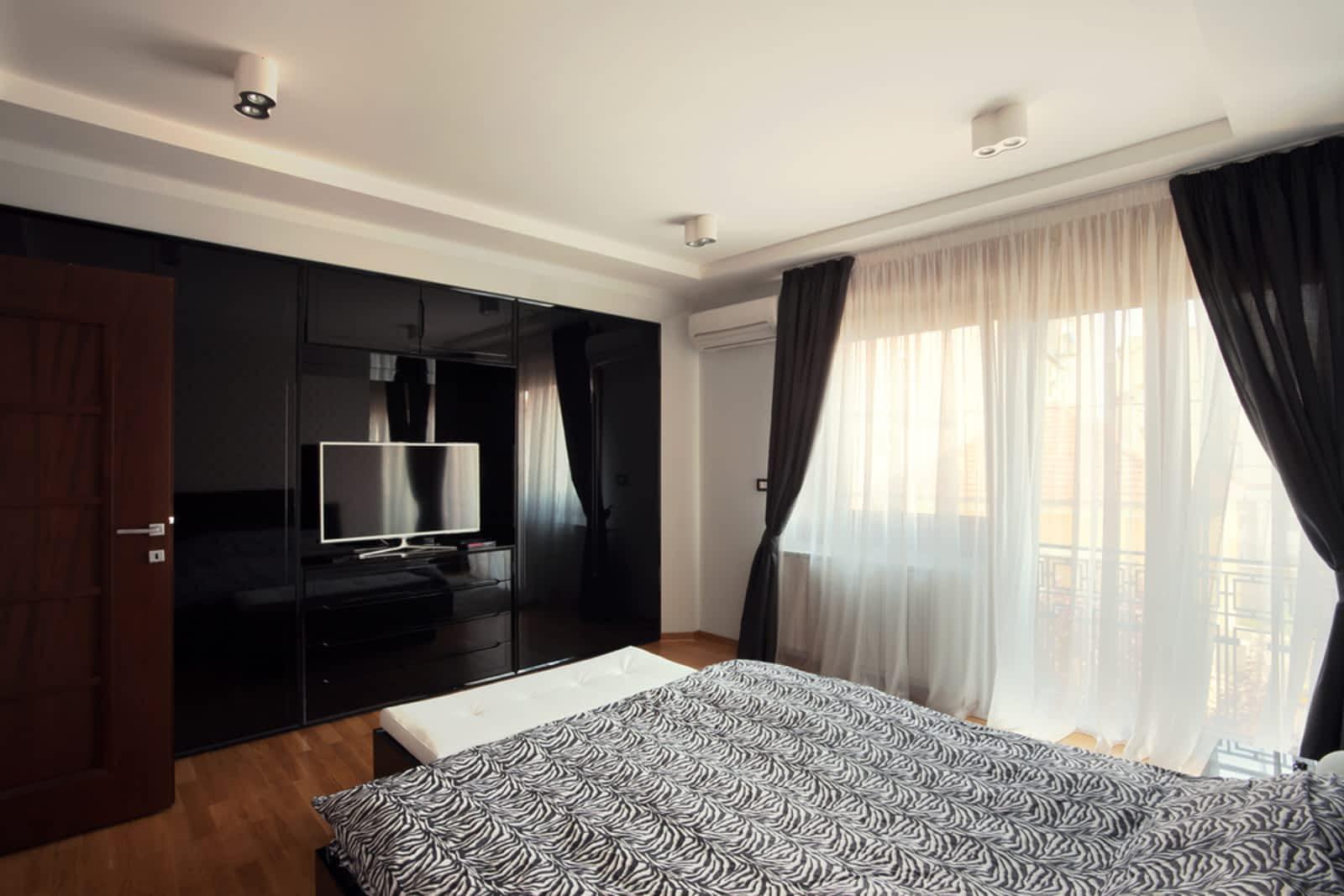 Кровать изголовьем к окну с балконом