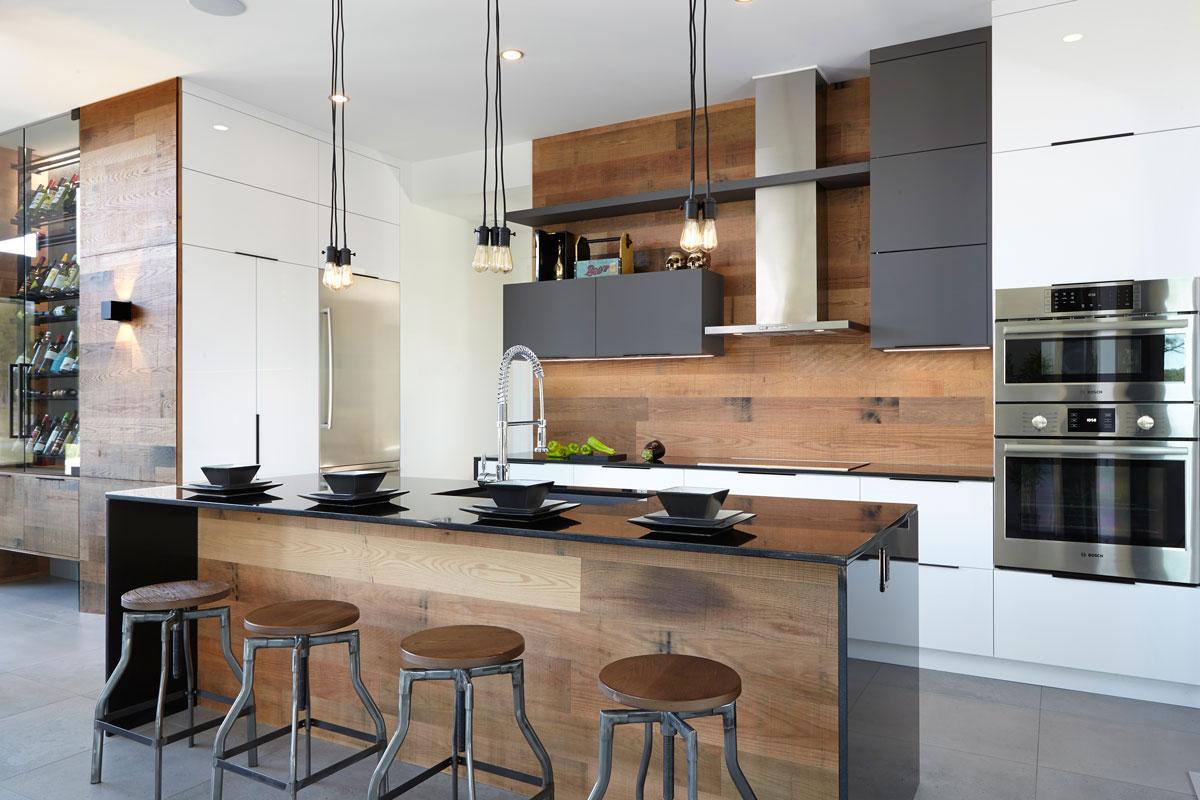 Барная стойка из массива на кухне