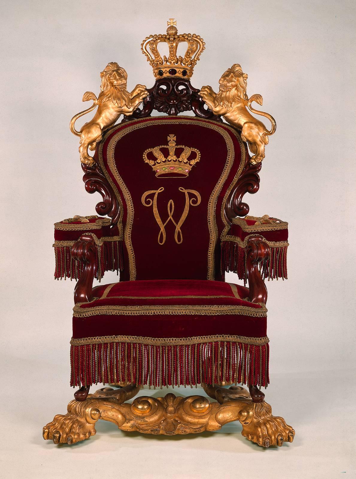 Кресло-трон с обивкой из бархата