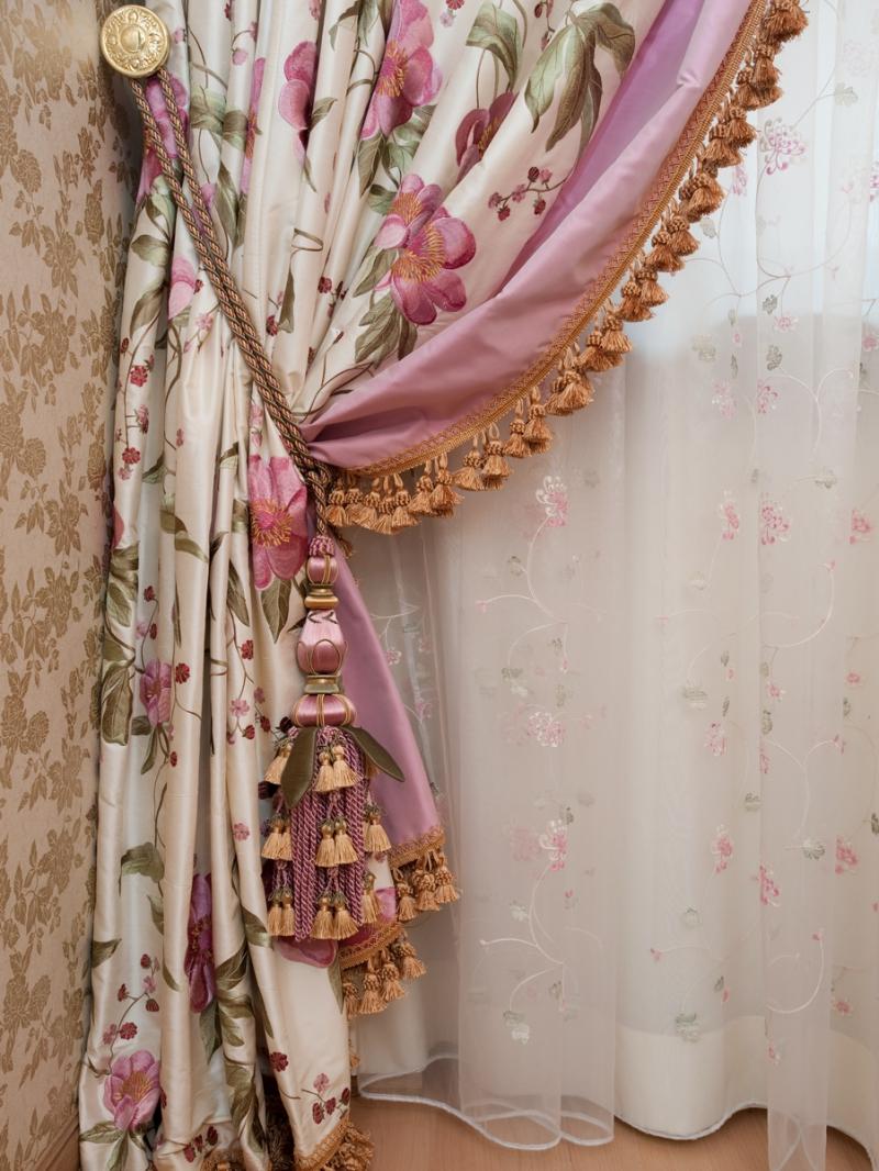 Бежево-розовые шторы с подхватом