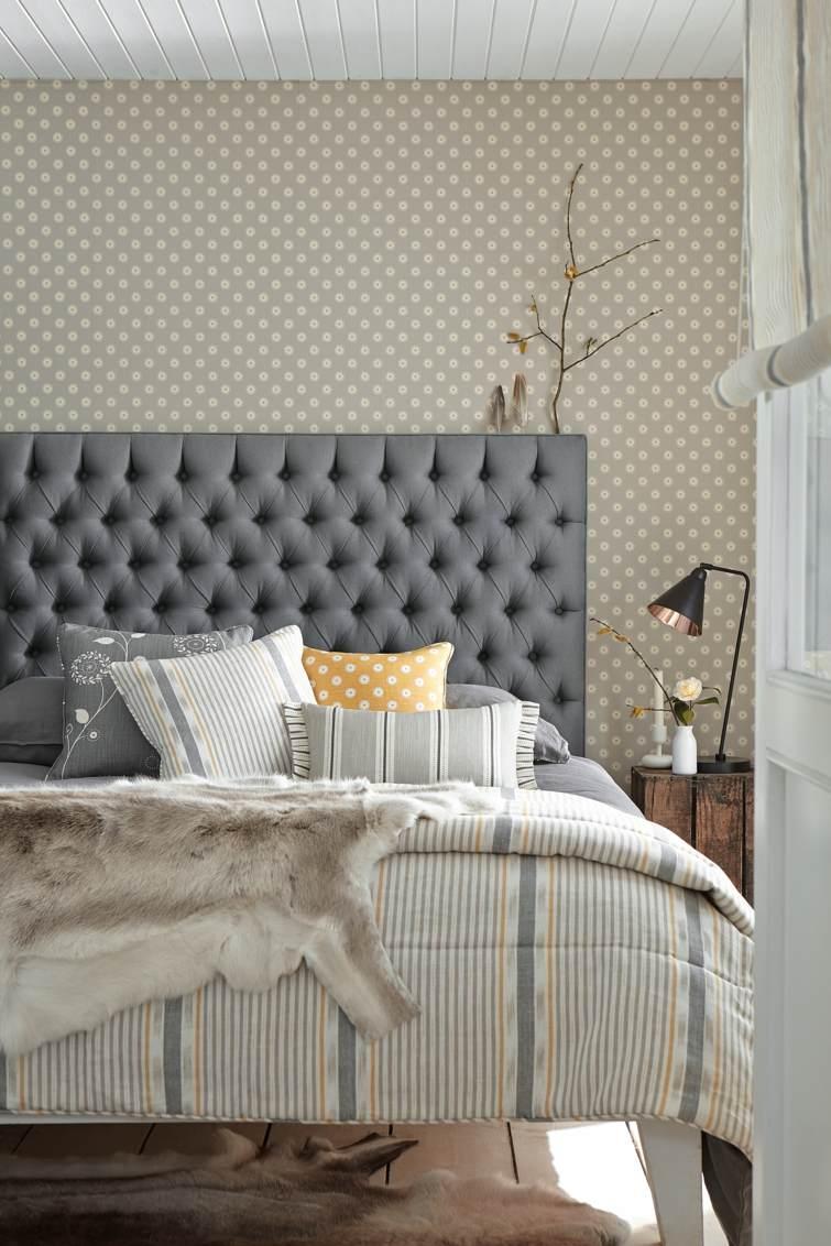 Бежевый дизайн узкой спальни