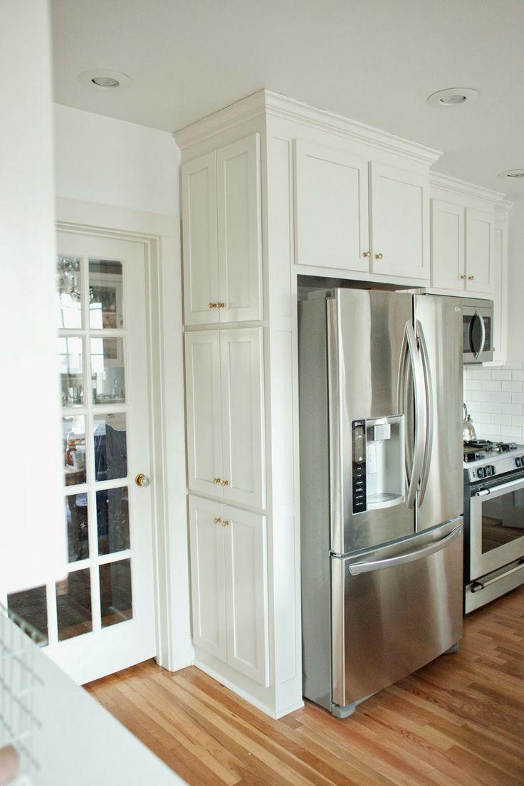 Двухдверный холодильник на белой кухне