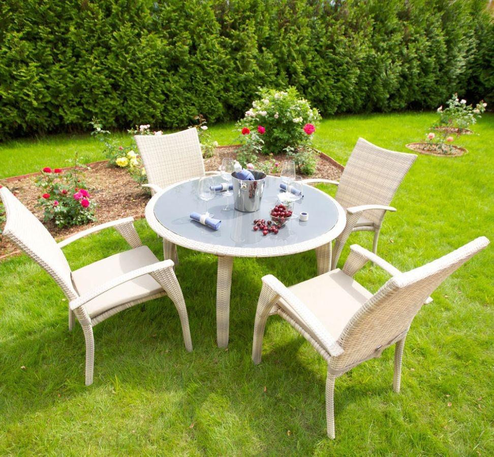 Белые садовые стулья