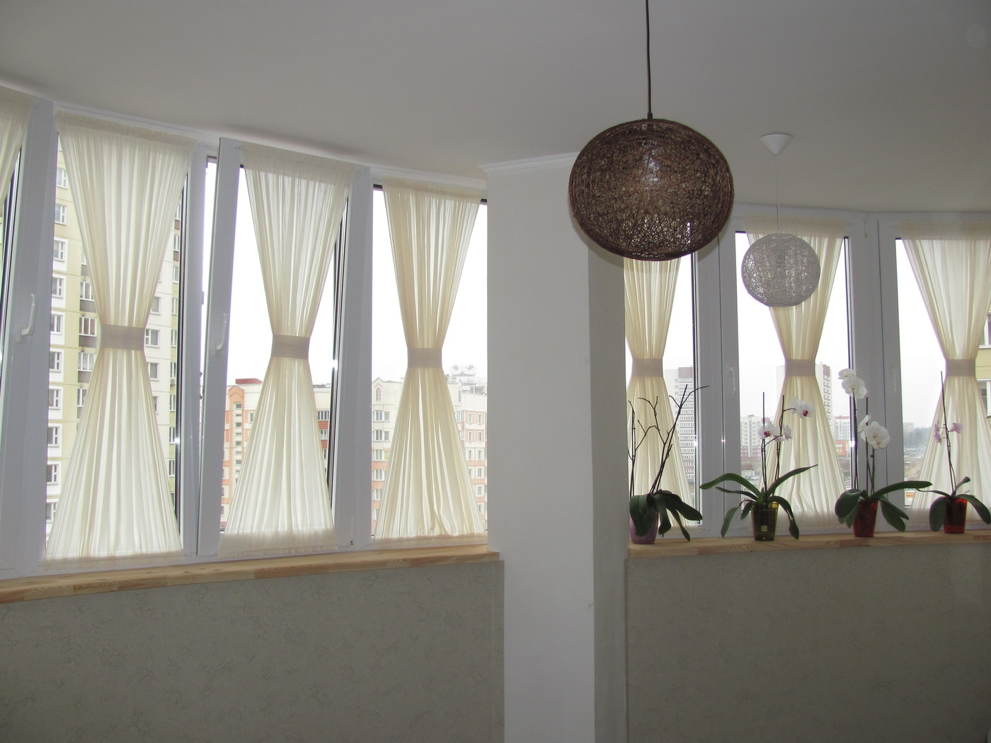 Белые шторы на балконе