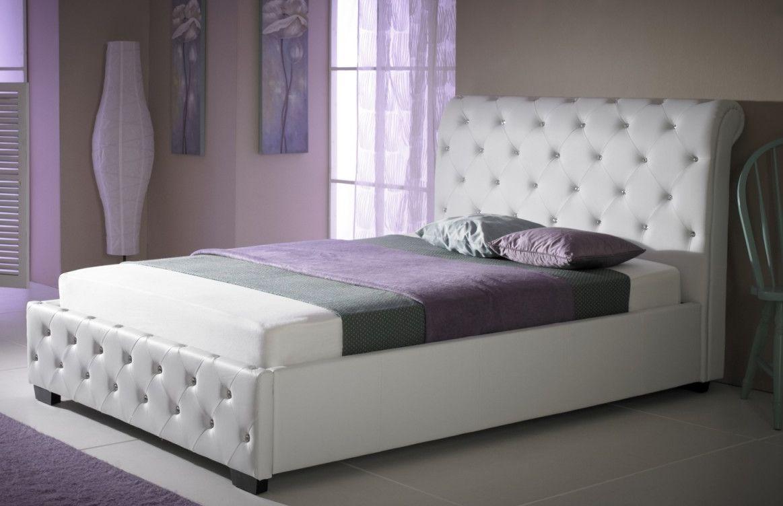 Водяной матрас на белой кожаной кровати