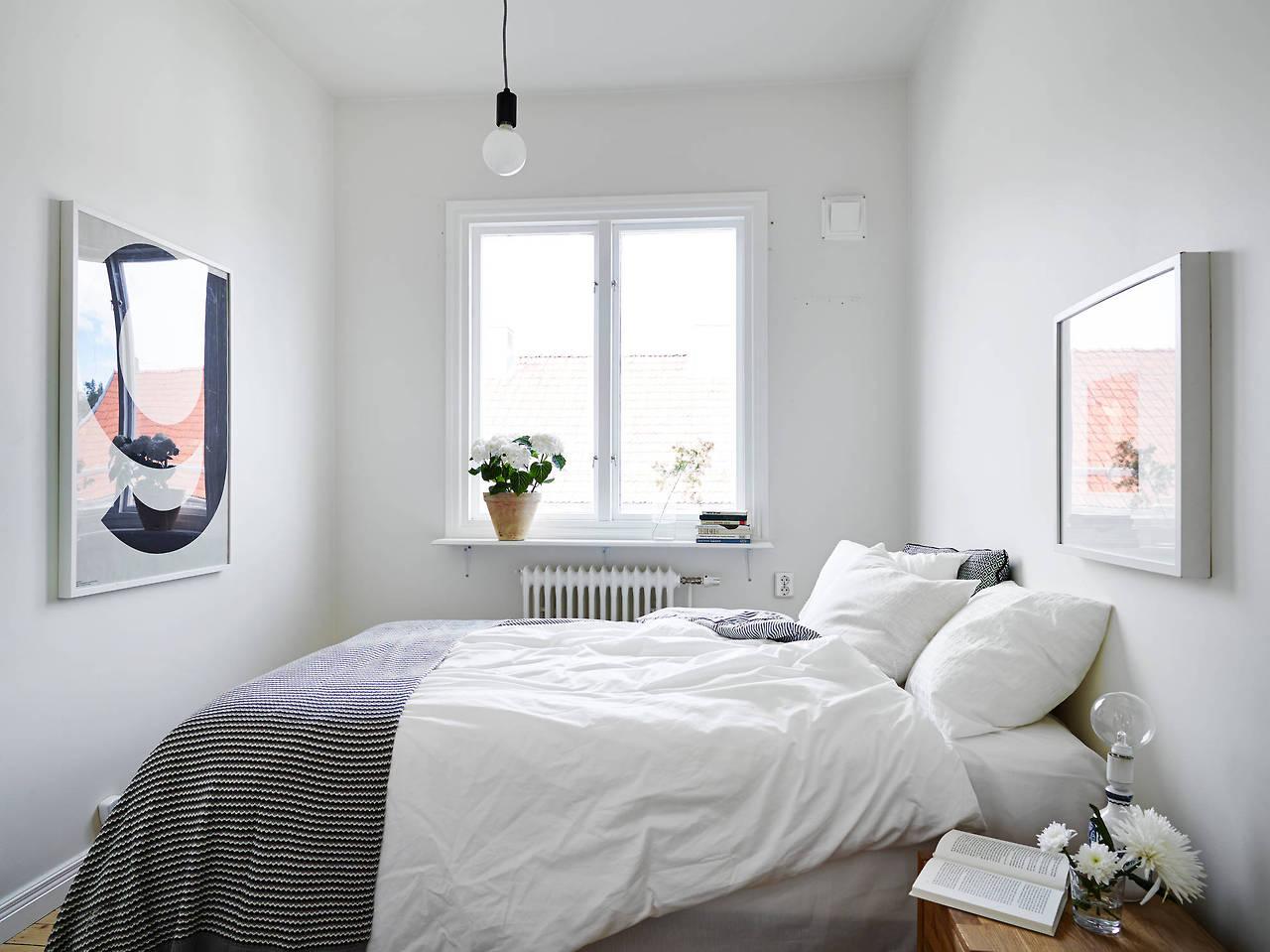 Белый дизайн узкой спальни