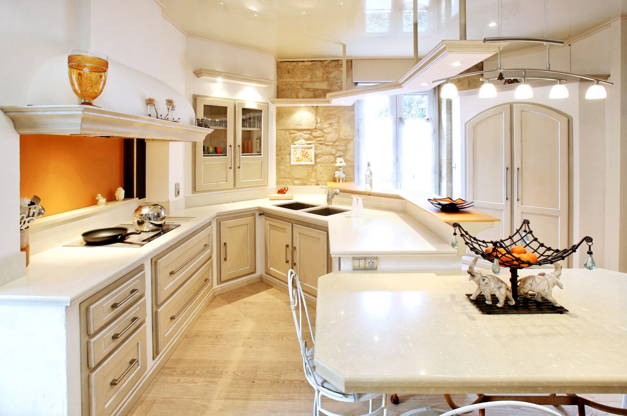 Белая кухня из массива
