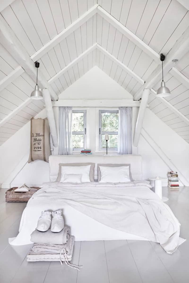 Кровать изголовьем к окну белая