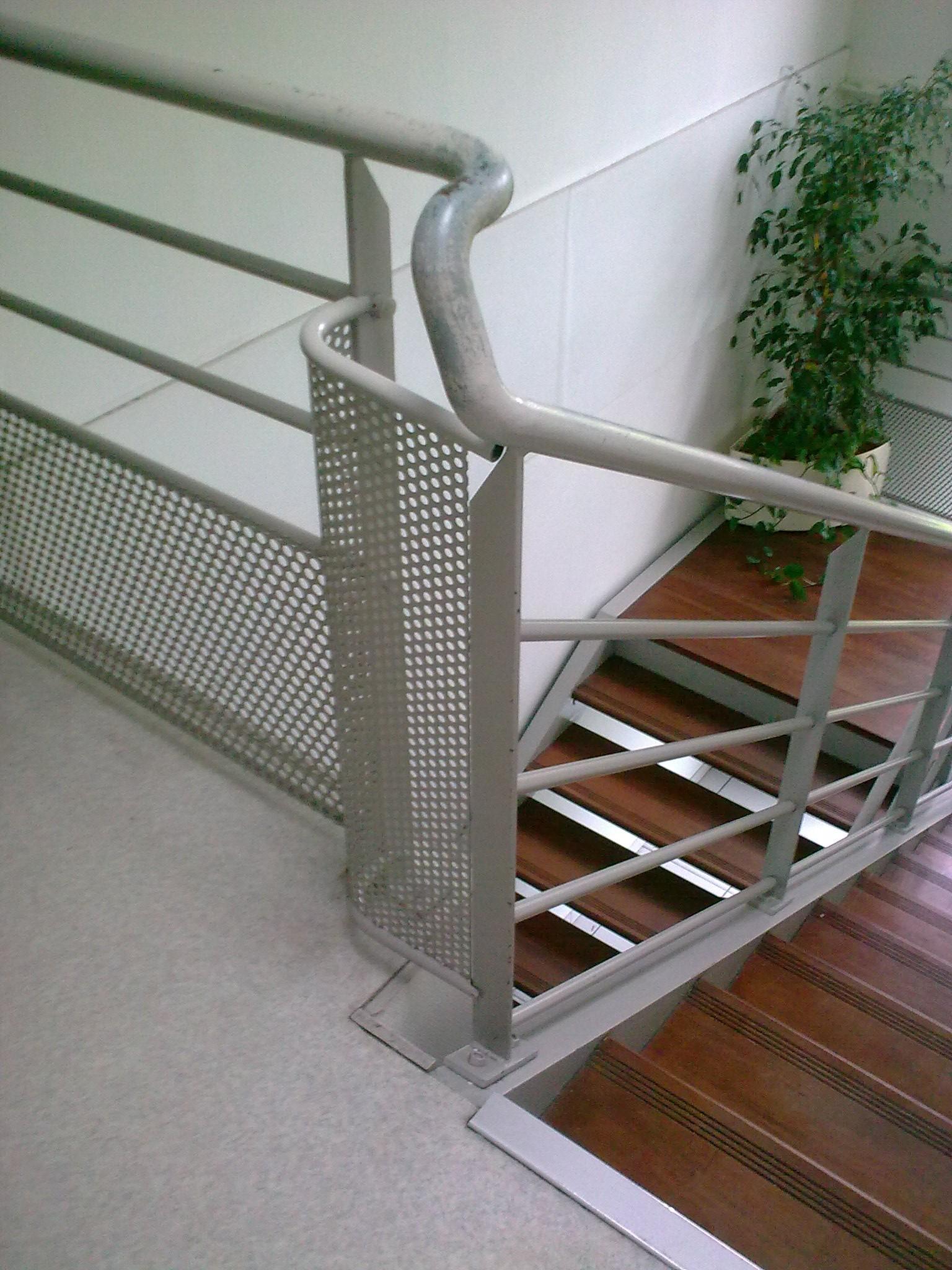 Лестница на второй этаж в доме на металлическом каркасе белая