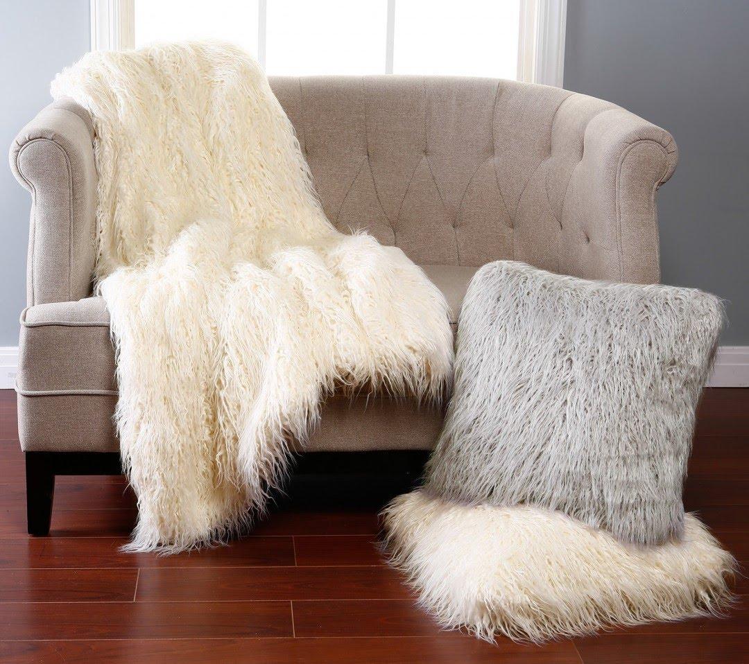 Меховой плед белого цвета в интерьере квартиры