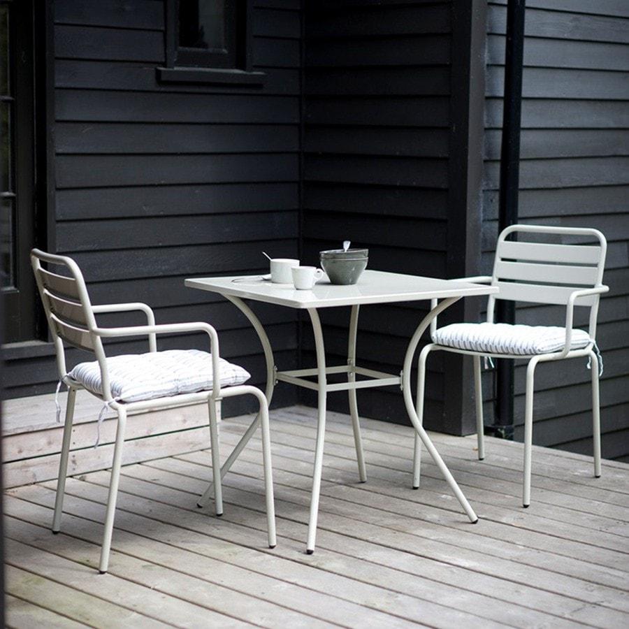 Белые стулья из металла для сада